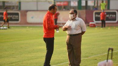 صورة عبد الحفيظ يطمئن على حالة اللاعبين المصابين