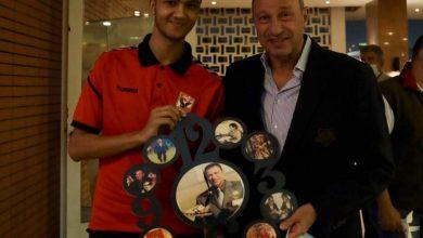 صورة «خالد» جاء من أسيوط للقاء الخطيب وإهدائه مجموعة من الصور المطبوعة على الخشب