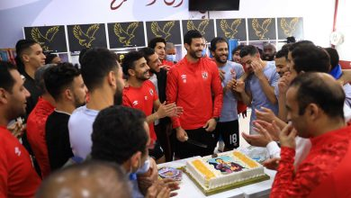 صورة الجهاز الفني واللاعبون يحتفلون بعيد ميلاد «الشناوي»
